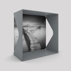 Voile de fond motif jetée sur l'eau avec le cube-étagère échancré en acier couleur gris